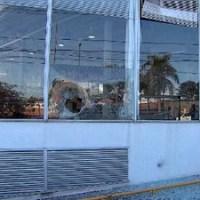 Concessionária na avenida Antônio Carlos é depredada. (Foto: Reprodução / TV Globo)