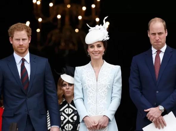 Príncipe William (à direita), sua mulher, Kate, e o príncipe Harry compareceram, à missa na catedral St Paul (Foto: Peter Nicholls/Reuters)