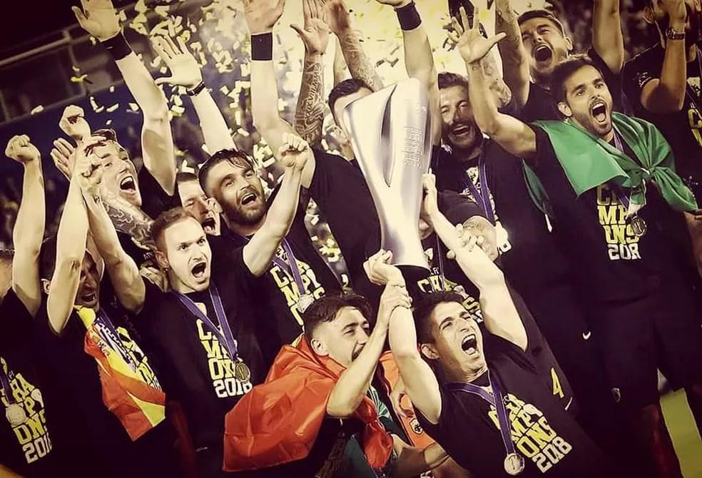 Rodrigo Galo festeja título do Campeonato Grego (Foto: Arquivo Pessoal)