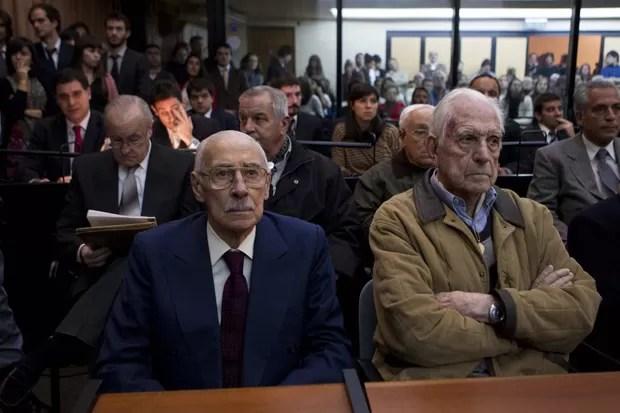 Os ex-ditadores Jorge Rafael Videla (esq) e Reynaldo Bignone ouvem sentença em tribunal argentino, nesta quinta (5) (Foto: Natacha Pisarenko / AP)