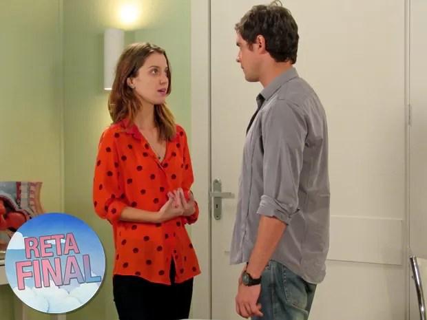 Laura fica desconfiada de Úrsula e decide partir para o teste de DNA (Foto: Carolina Rios/ Gshow)