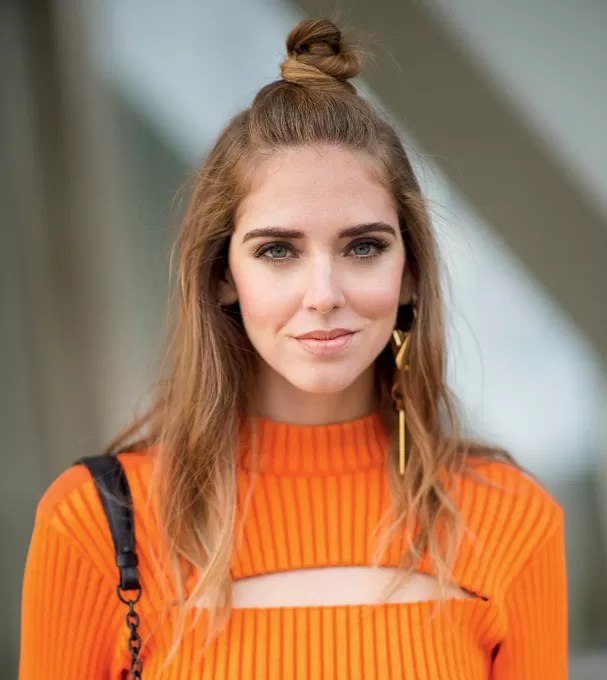 A top blogger Chiara Ferragni de meio coque (Foto: Getty Images)
