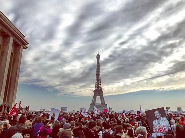 Foto postada pela modelo Caroline de Maigret do protesto em Paris (Foto: Reprodução/Instagram)