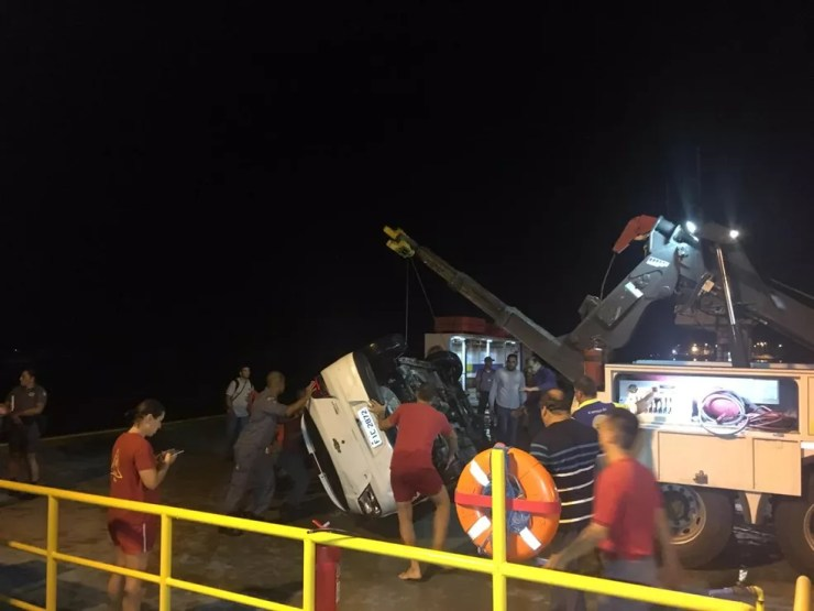 Carro é resgatado após acidente em travessia de balsas no litoral de SP — Foto: Renan Fiuza/G1