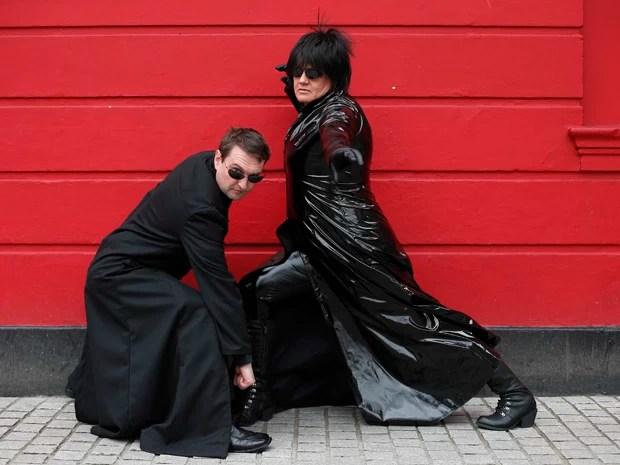 """Thram De-Winter Sastrill e sua esposa Lola aparecem vestidos e Neo e Trinity do filme """"Matrix"""" posam para fotógrafos do lado de fora do 12º festival internacional de ficção científica de Londres (Foto: Suzanne Plunkett/Reuters)"""