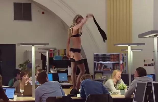 Mulher fez striptease em biblioteca para 'testar' atenção dos alunos na Holanda (Foto: Reprodução/YouTube/Vifit FrieslandCampina)