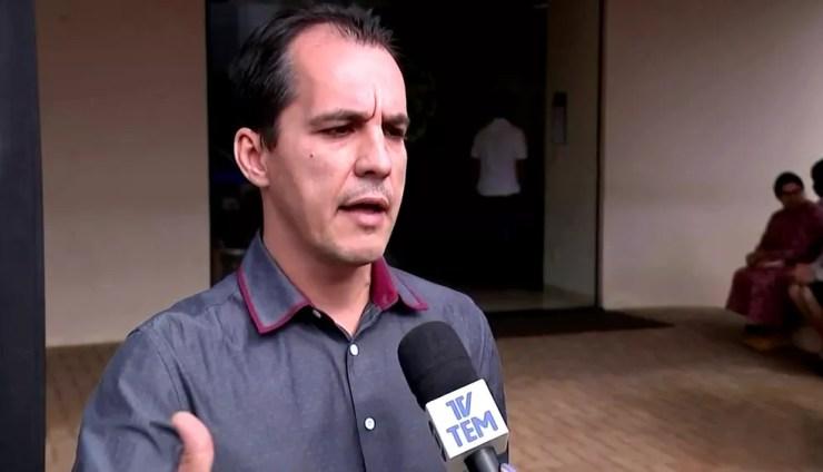Para Rodrigo Morena Araújo, seu pai não teve direito a um tratamento adequado (Foto: Reprodução / TV TEM)