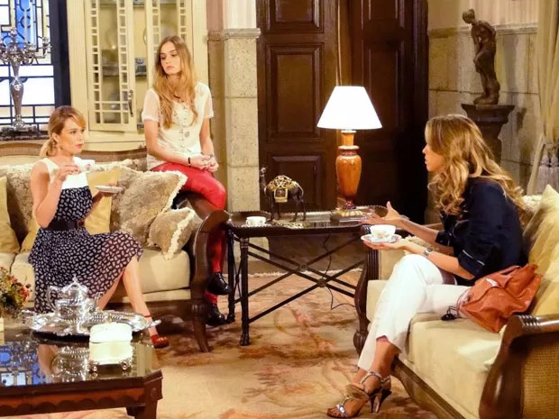 Analú convence Ju de que foi mesmo Nando quem contou tudo para Manoela (Foto: Guerra dos Sexos / TV Globo)