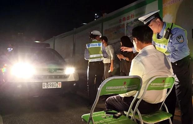 Infratores olham para o farol alto por 1 minuto como forma de punição na China (Foto: Polícia de Trânsito de Shenzen/Weibo)