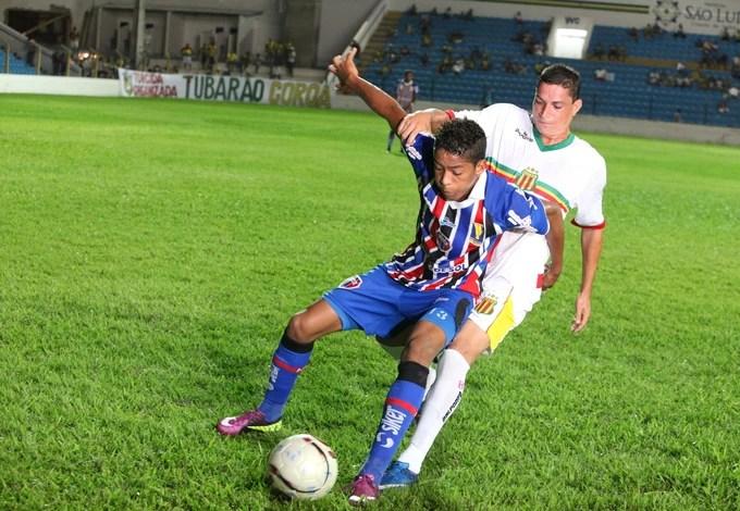 Kléo, do Sampaio, na disputa com jogador do Maranhão, no Nhozinho Santos (Foto: De Jesus/O Estado)