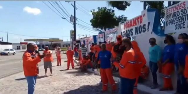 Garis fazem protesto contra demissões e por concurso em Natal — Foto: Reprodução/Inter TV Cabugi