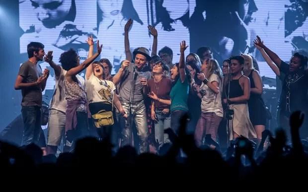 Fãs dançam com Belle and Sebastian no palco durante show em São Paulo (Foto: Marcelo Brandt/G1)