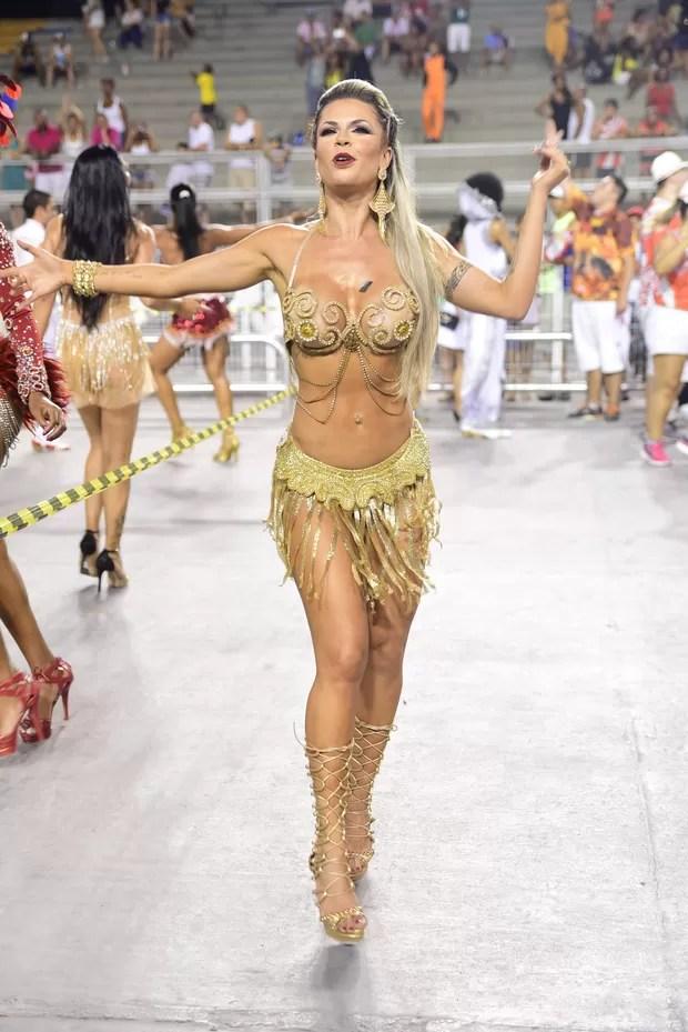 Cacau Collucci mostram samba no pé no ensaio da Dragões da Real no Anhembi (Foto: Leo Franco/Agnews)