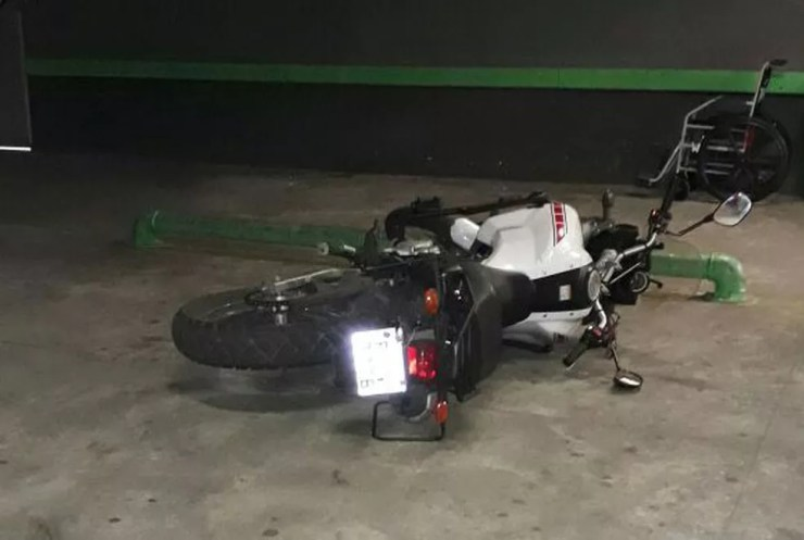 Uma das vítimas chegou de moto procurando socorro no Hospital do Campo Limpo (Foto: Reprodução)