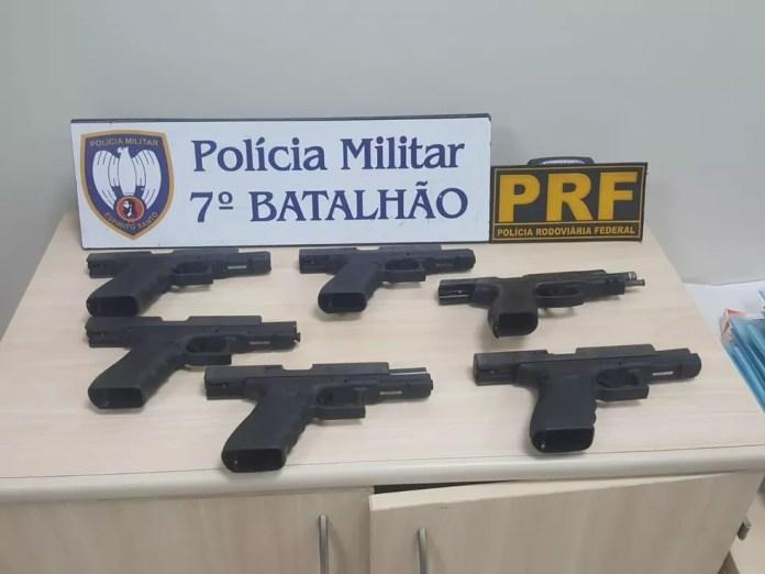 Seis pistolas foram apreendidas com o jovem em Mimoso do Sul — Foto: Reprodução/TV Gazeta