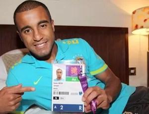 Lucas com a credencial olimpica (Foto: Divulgação)