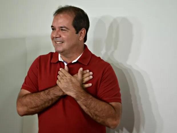 Viana votando no Acre (Foto: Aline Nascimento/ G1)