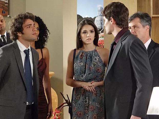 Elano mostra para Conrado o que é ser homem de verdade (Foto: Cheias de Charme / TV Globo)