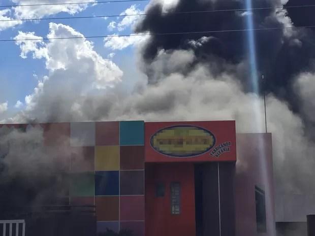 Incêndio destroi industria de sorvetes em Floriano, no Piauí (Foto: Divulgação/Polícia Militar)