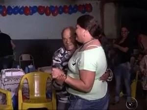 Massao e namorada dançam a noite toda (Foto: Reprodução / TV TEM)
