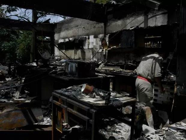 Em março de 2006, incêndio causou grande destruição em um dos laboratórios do Instituto de Ciências Biológicas (ICB) da UFPA, em Belém. (Foto: Edimar Farias/O Liberal)