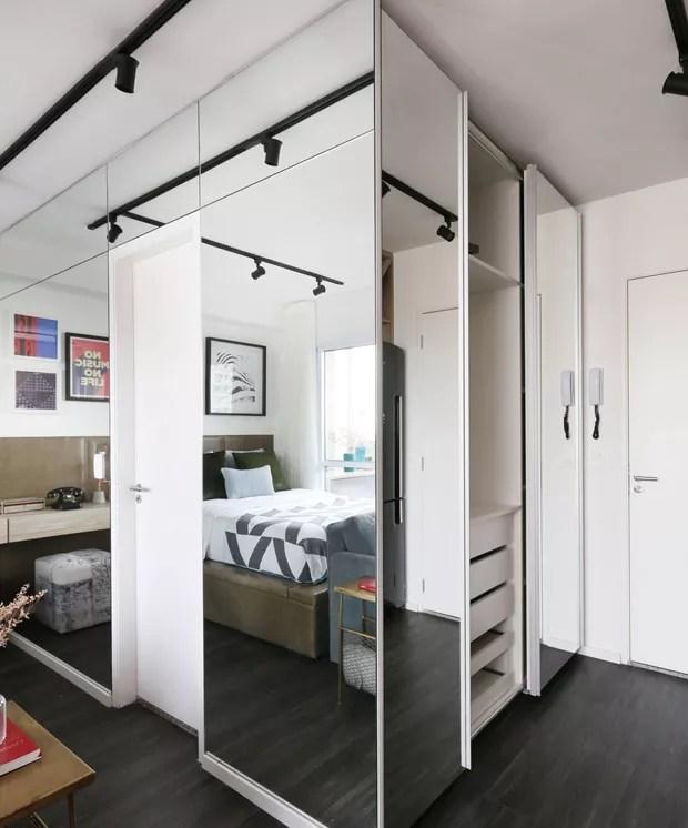 O armário, revestido com espelhos da Severino Vidros, abriga de um lado as roupas da moradora e, do outro, os itens de lavanderia (Foto: Mariana Orsi/Divulgação)