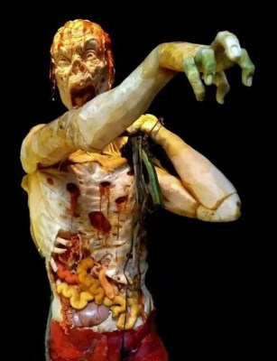 Artista Ray Vilafane, fundador de um estúdio de arte que leva seu sobrenome, reuniu sua equipe e transformou três das maiores abóboras dos EUA em um assustador zumbi, que arrasta outros mortos-vivos do chão por meio de um ramo. (Foto: Ray Vilafane/AP)