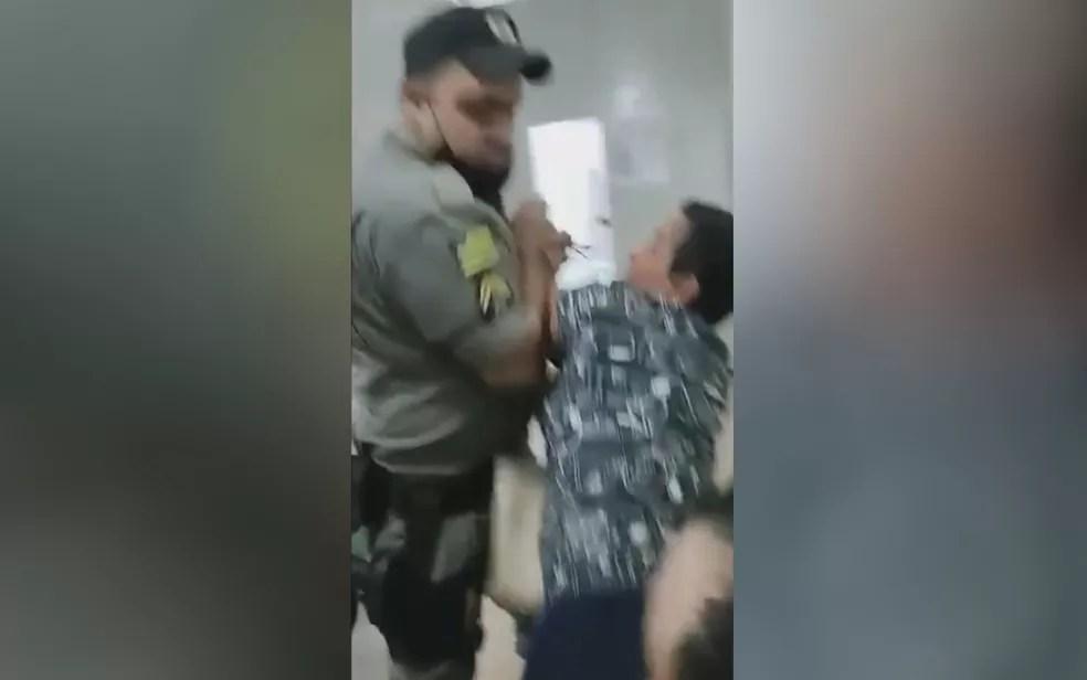Policial toma celular da mão de mulher que filmava abordagem ao filho — Foto: Reprodução/TV Anhanguera
