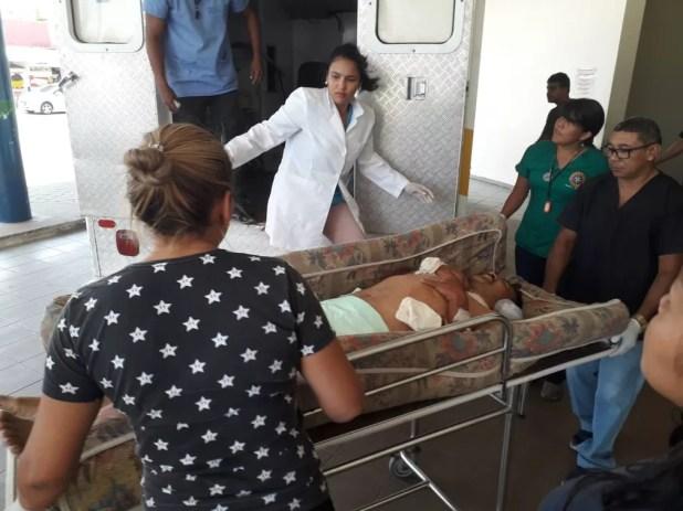 Venezuelano ferido chega a hospital em Boa Vista — Foto: Pedro Barbosa/G1 RR