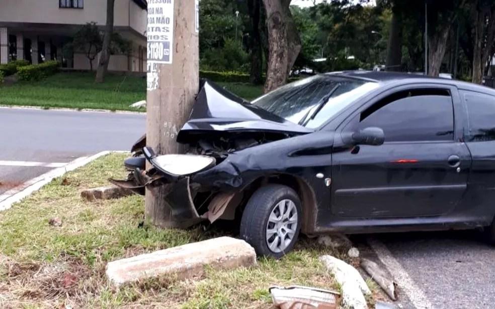 Carro conduzido por motorista sem habilitação e com sinais de embriaguez bate em poste na 606 Norte, em Brasília (Foto: Polícia Militar/Divulgação)