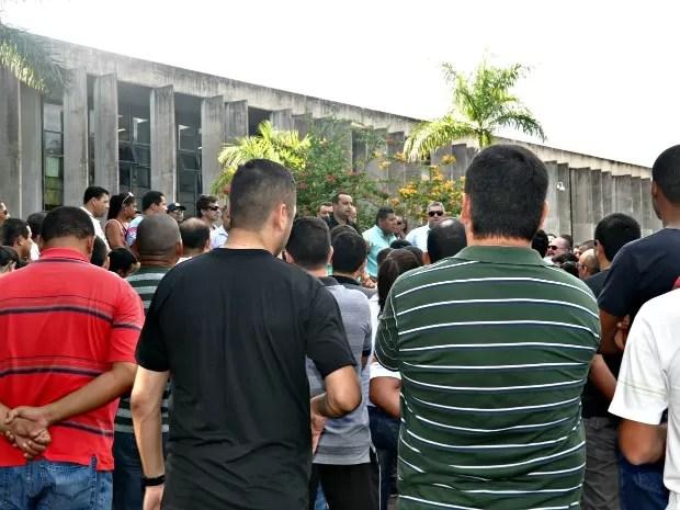 Policiais militares e bombeiros se reuniram na tarde desta quarta-feira (22), em frente à Assembleia Legislativa, em Campo Grande. (Foto: Tatiane Queiroz/ G1MS)