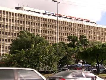 Uma das vítimas foi levada para o Hospital da Restauração (HR), na área central do Recife (Foto: Ana Regina/TV Globo)