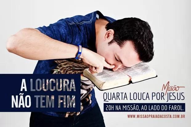 Pastor Lucinho aparece 'cheirando' Bíblia em convite a culto (Foto: Missão Evangélica Praia da Costa/Divulgação)