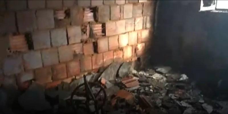 Cômodos da casa ficaram totalmente destruídos após incêndio em Porciúncula, no RJ (Foto: Divulgação/PM)