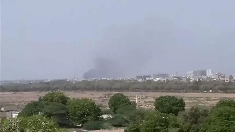 Uma nuvem de fumaça é vista após o acidente de uma aeronave em Karachi, no Paquistão, nesta sexta-feira (22) — Foto: Twitter / Shahabnafees via Reuters