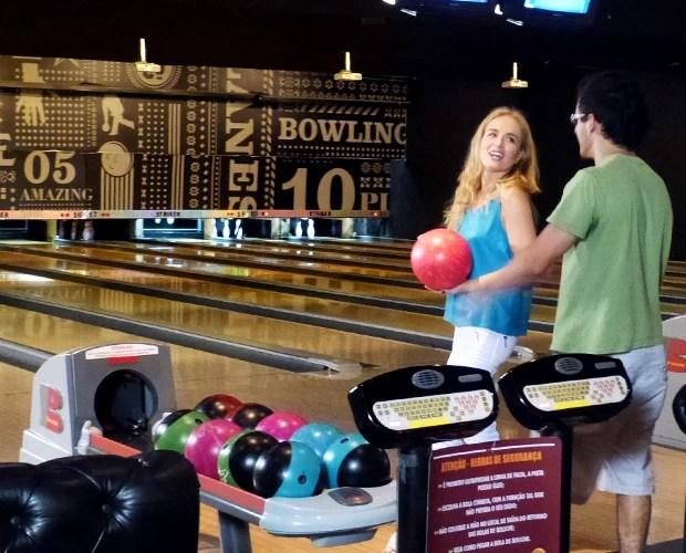 Angélica e David se divertem em jogo de boliche (Foto: Estrelas/TV Globo)