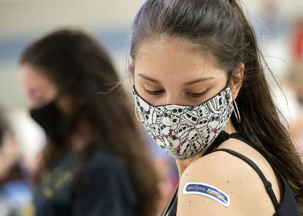 Estudante da Kent State University aguarda após tomar vacina contra o coronavírus em Hudson, Ohio (EUA), em 8 de abril — Foto: Phil Long/Arquivo/Reuters