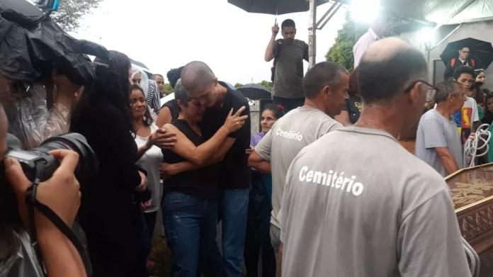 Familiares de Eliana Regina de Oliveira Xavier velam o corpo da inspetora, enterrado nesta quinta (14). — Foto: Bárbara Muniz Vieira/G1 SP