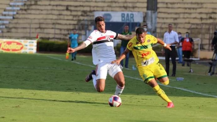 Com reservas e garotos, São Paulo busca empate com o Mirassol no interior