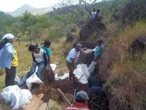 Barro é extraído em serras próximas da Comunidade Raposa I (Foto: Joana de Souza/ Arquivo pessoal )