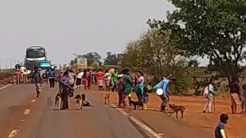 Indígenas bloqueiam BR-463, em MS — Foto: PRF/Divulgação