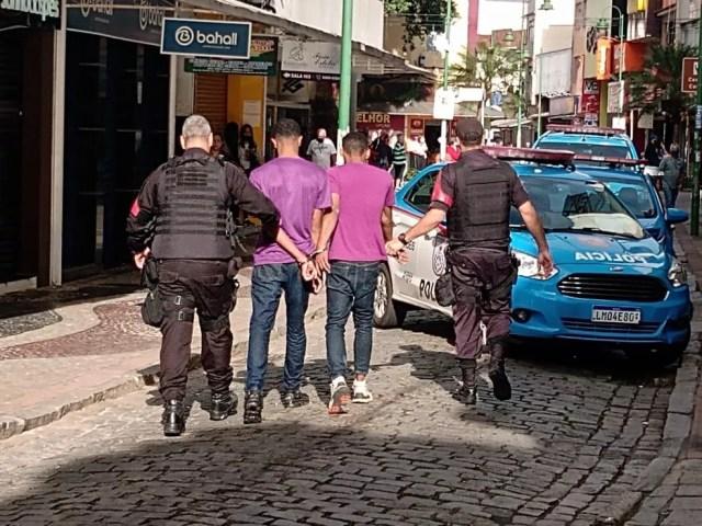 Dois suspeitos foram presos por tentativa de assalto em Angra dos Reis — Foto: Redes sociais