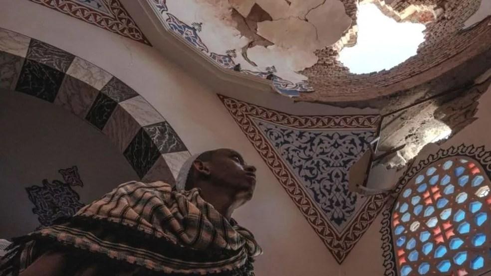 Um dos mausoléus da história mesquita de al-Negashi Mosque foi danificado em conflitos no Tigré — Foto: AFP/BBC