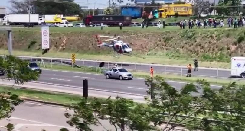 Helicóptero Águia, da PM, foi acionado para auxiliar no resgate de vítimas do acidente na Rodovia Santos Dumont, em Campinas (SP) — Foto: Renato Brito