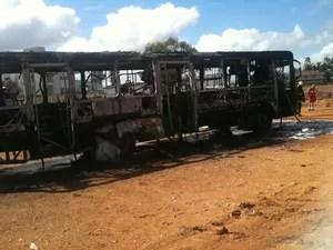 Ônibus destruído em incêndio, após ataques em SC (Foto: Bianca Ingletto / RBS TV)
