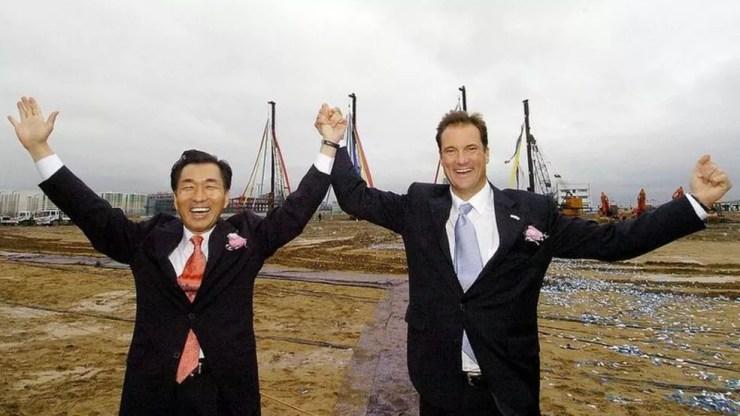 Songdo é um dos maiores empreendimentos imobiliários público-privados do mundo; acima, dois dos promotores do projeto — Foto: Getty Images via BBC