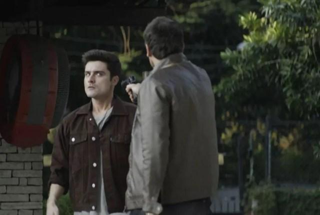 Chiclete (Sergio Guizé) desarma Mão Santa (Guilherme Leicam) em 'A Dona do Pedaço' — Foto: Globo