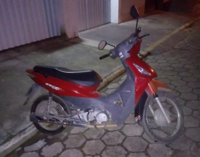 Motocicleta furtada em Camboriú — Foto: Polícia Militar/Divulgação