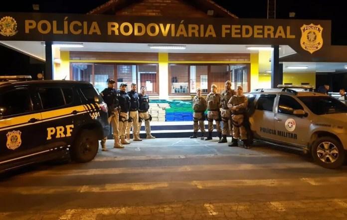 Droga foi localizada após troca de informações entre PM e PRF — Foto: PRF/Divulgação
