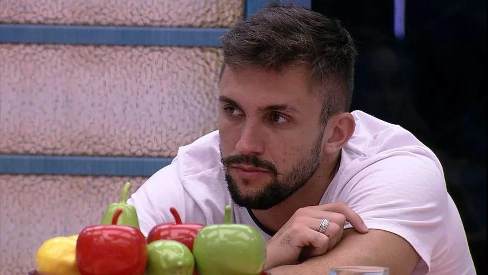 Arthur questiona não ter ido ao Paredão e ouve de Carla Diaz: 'Porque tem uma mulher que pensa' — Foto: Globo